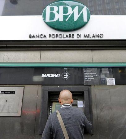 A customer uses a cash machine at the Banca Popolare di Milano in Milan October 25, 2010. REUTERS/Paolo Bona