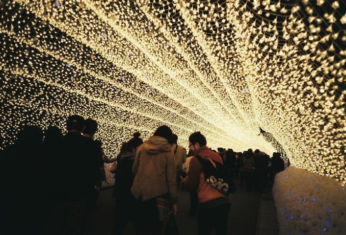 """Visitors make their way through one of the tunnels at Winter Illuminations. <a href=""""http://www.mymodernmet.com/profiles/blogs/nabana-no-sato-tunnel-japan"""" rel=""""nofollow noopener"""" target=""""_blank"""" data-ylk=""""slk:(Tomo Tang / My Modern Met)"""" class=""""link rapid-noclick-resp"""">(Tomo Tang / My Modern Met)</a>"""