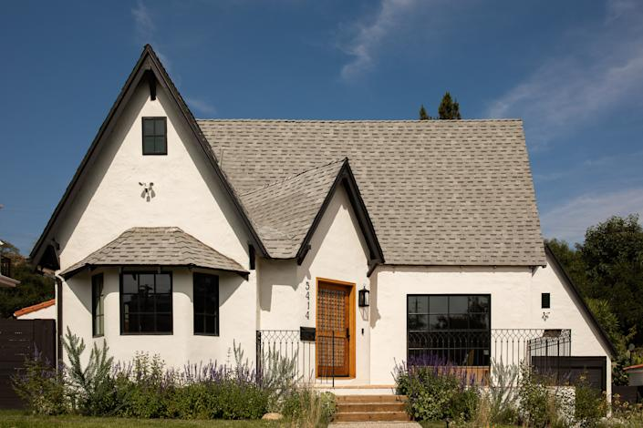 "<div class=""caption""> <strong>AFTER:</strong> The designers revamped the 1920s Tudor-style home with a fresh coat of <a href=""https://www.architecturaldigest.com/story/right-shades-of-white-paint-leanne-ford?mbid=synd_yahoo_rss"" rel=""nofollow noopener"" target=""_blank"" data-ylk=""slk:white paint"" class=""link rapid-noclick-resp"">white paint</a> and expanded the 1,400-square-foot floor plan into a 3,000-square-foot masterpiece. </div>"