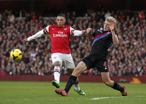 Arsenal's Alex Oxlade-Chamberlain, left, competes with Crystal Palace's Jonathan Parr during their English Premier League soccer match at Emirates Stadium in London, Sunday, Feb. 2, 2014. (AP Photo/Sang Tan)