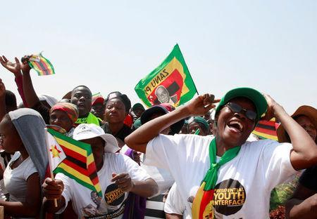 Supporters cheer President Robert Mugabe and his wife Grace at a rally in Gweru, Zimbabwe, September 1, 2017. REUTERS/Philimon Bulawayo