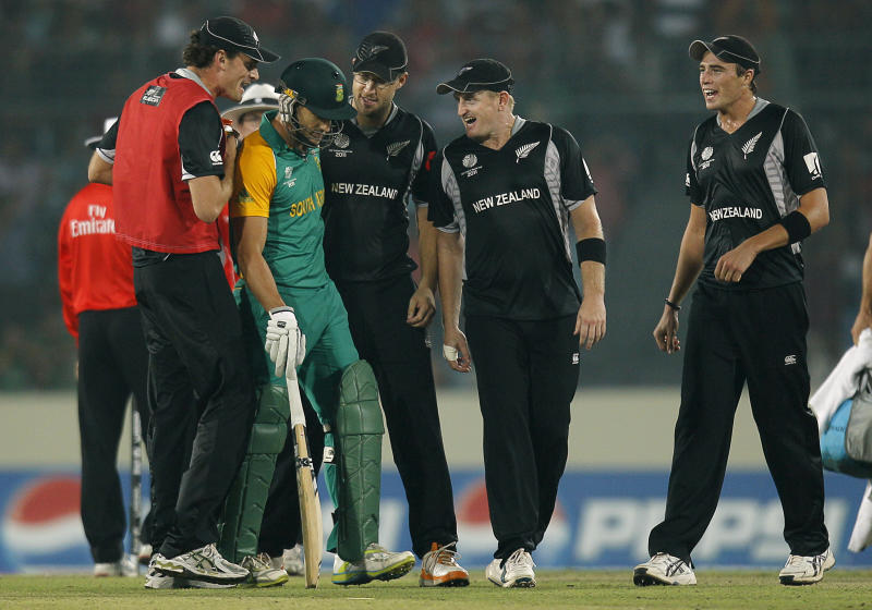 New Zealand players, from left to right, Kyle Mills, captain Daniel Vettori, Scott Styris and Tim Southee surround South Africa's Faf du Plessis, second from left, as they celebrate the fall of South Africa's AB de Villiers, not seen, during the Cricket World Cup quarterfinal match between South Africa and New Zealand in Dhaka, Bangladesh, Friday, March 25, 2011. (AP Photo/Saurabh Das)