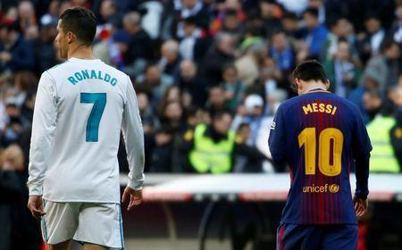 FILE PHOTO - Soccer Football - La Liga Santander - Real Madrid vs FC Barcelona - Santiago Bernabeu, Madrid, Spain - December 23, 2017 Real Madrid's Cristiano Ronaldo and Barcelona's Lionel Messi leave the pitch at halftime REUTERS/Stringer