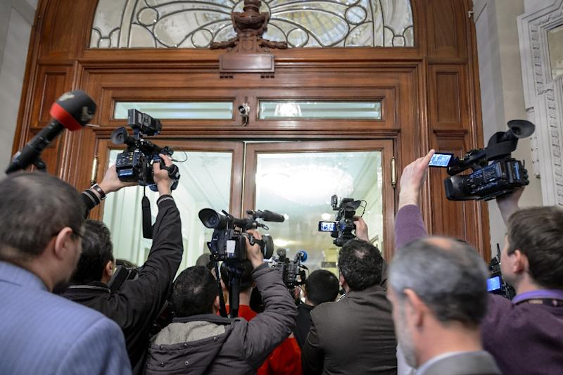 TV journalists rush in the hotel on March 29, 2015 during Iran nuclear talks in Lausanne (AFP Photo/Fabrice Coffrini)