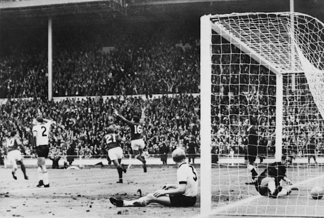 Martin Peters (16) celebrates after scoring against West Germany in the 1966 World Cup final (AFP Photo/STRINGER)