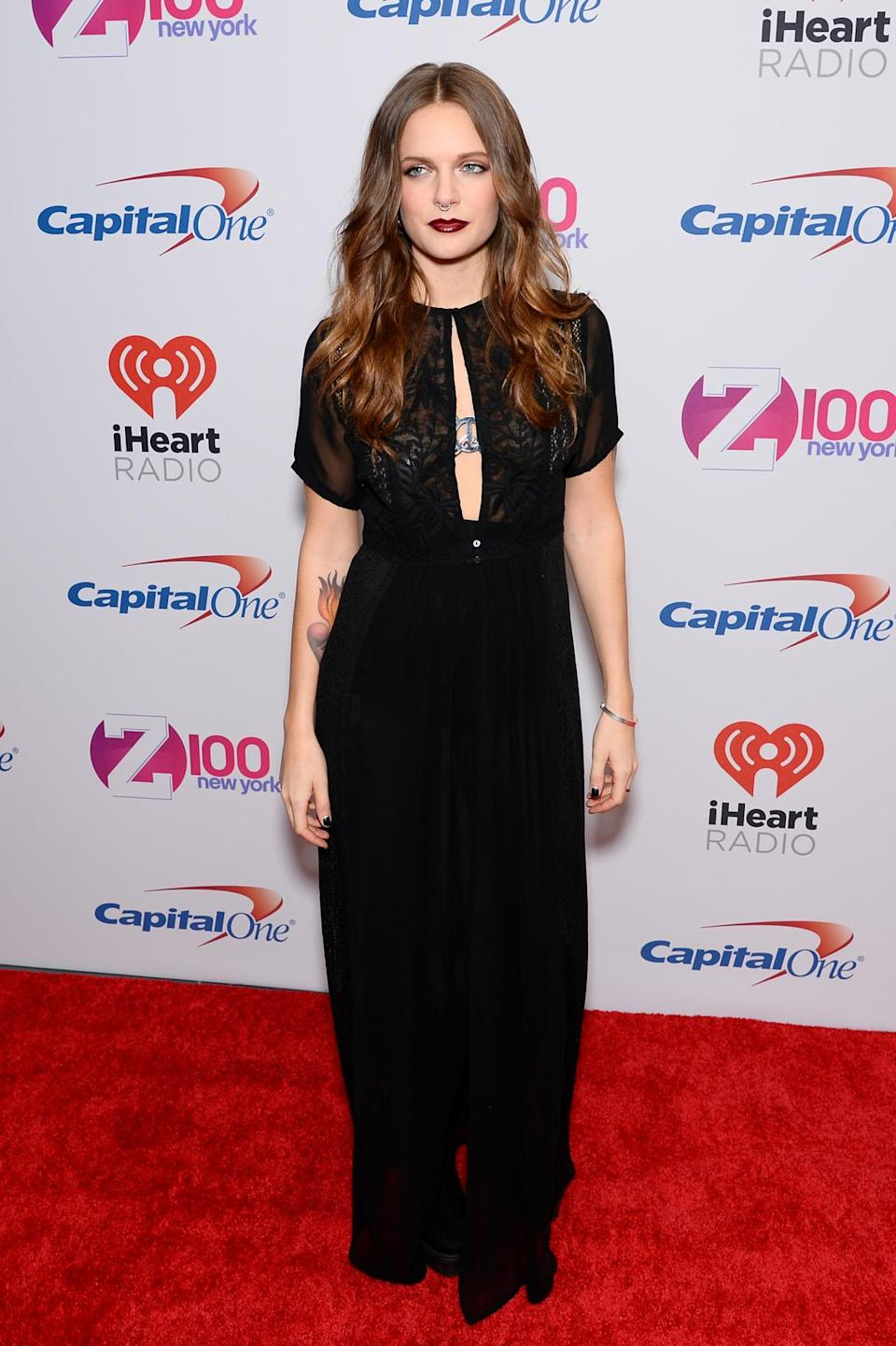 <p>Tove Lo was all about that vamp life last night, hitting the red carpet in a black gown with a keyhole neckline and deep red lips.</p>