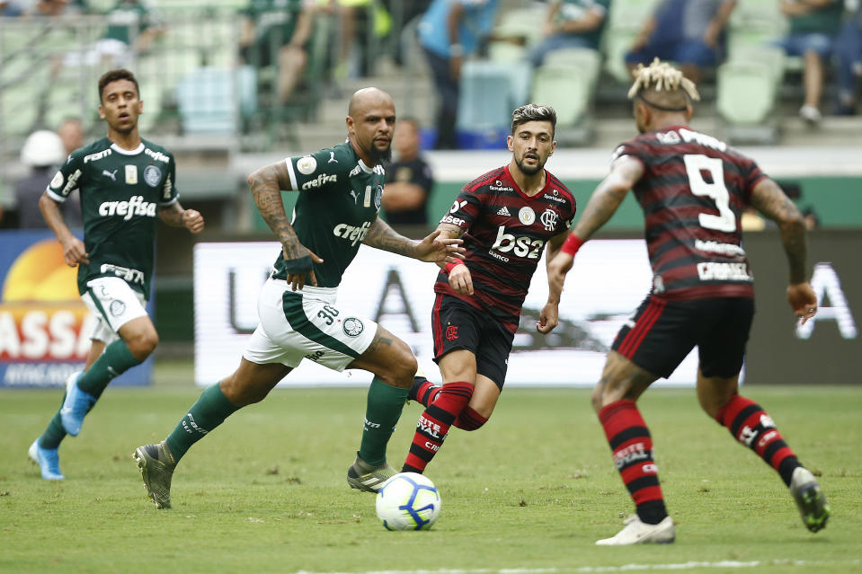 SAO PAULO, BRAZIL - DECEMBER 01: Arrascaeta and Gabriel Barbosa of Flamengo and Felipe Melo of Palmeiras during a match between Palmeiras and Flamengo part of Brasileirao Series A 2019 at Allianz Parque on December 1, 2019 in Sao Paulo, Brazil. (Photo by Wagner Meier/Getty Images)