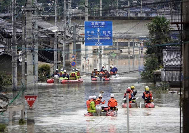 <p>Rescuers on boats head for search in the partly submerged area in water after heavy rain in Kurashiki city, Okayama prefecture, southwestern Japan, July 8, 2018. Heavy rainfall hammered southern Japan for the third day, prompting new disaster warnings on Kyushu and Shikoku islands Sunday. (Photo: Koji Harada/Kyodo News via AP) </p>