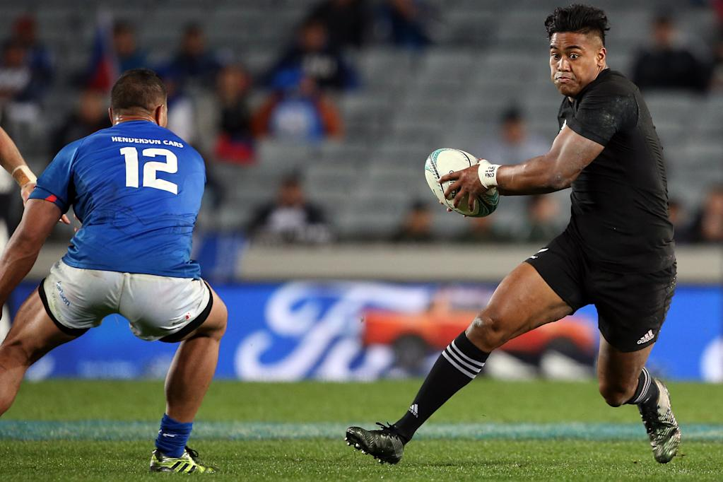 New Zealand's Julian Savea (R) runs with the ball past Samoa's Alapati Leiua during the international rugby test match between New Zealand and Samoa at Eden Park in Auckland on June 16, 2017. (AFP Photo/MICHAEL BRADLEY)