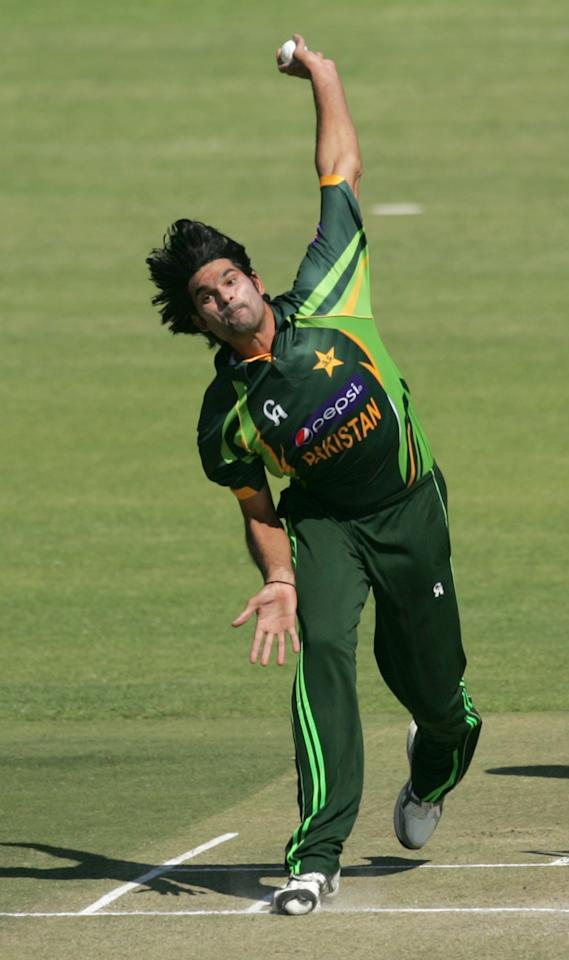 Pakistan bowler Muhammad Irfan bowls during the first game of the three match ODI cricket series between Pakistan and hosts Zimbabwe at the Harare Sports Club on August 27, 2013.  AFP PHOTO / JEKESAI NJIKIZANA        (Photo credit should read JEKESAI NJIKIZANA/AFP/Getty Images)