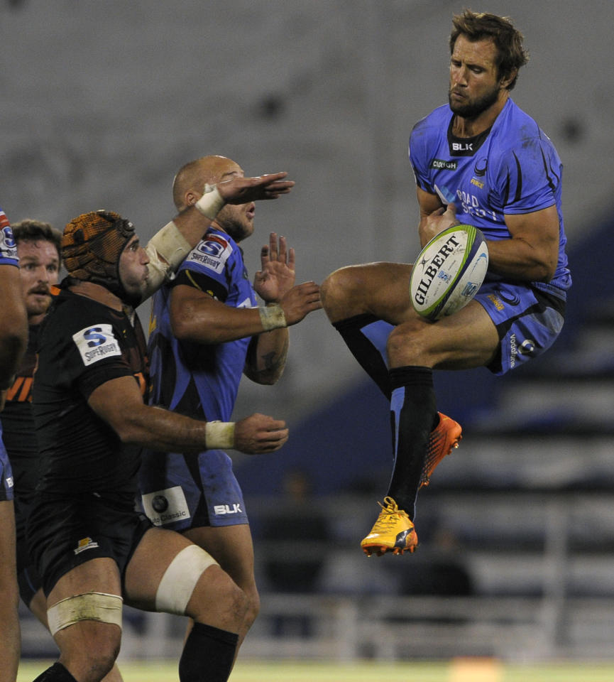 Australia's Western Force's full-back Peter Grant (R) fails to catch the ball next Argentina's Jaguares flanker Juan Manuel Leguizamon (L) during their Super Rugby match at the Jose Amalfitani stadium in Buenos Aires, on May 13, 2017. (AFP Photo/Alejandro PAGNI)
