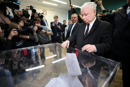 Jaroslaw Kaczynski, leader of the ruling Law and Justice (PiS) party, casts his vote during the European Parliament elections at a polling station in Warsaw, Poland May 26, 2019. Agencja Gazeta/Slawomir Kaminski via REUTERS
