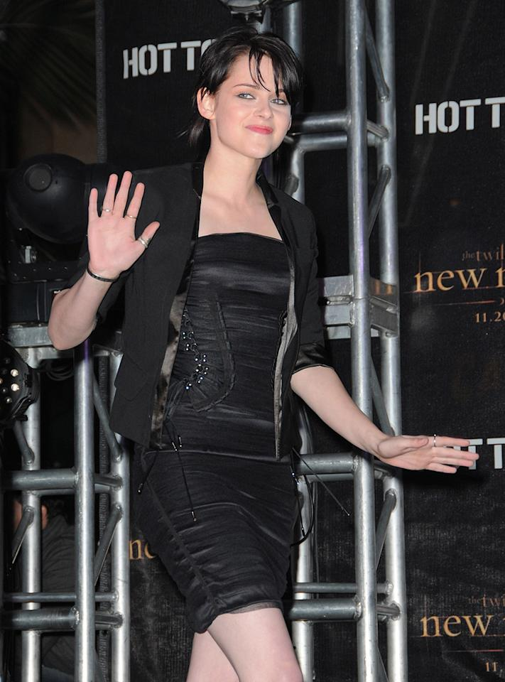 """<a href=""""http://movies.yahoo.com/movie/contributor/1807776250"""">Kristen Stewart</a> attends the <a href=""""http://movies.yahoo.com/movie/1810055802/info"""">The Twilight Saga: New Moon</a> cast tour in Hollywood, CA - 11/06/2009"""
