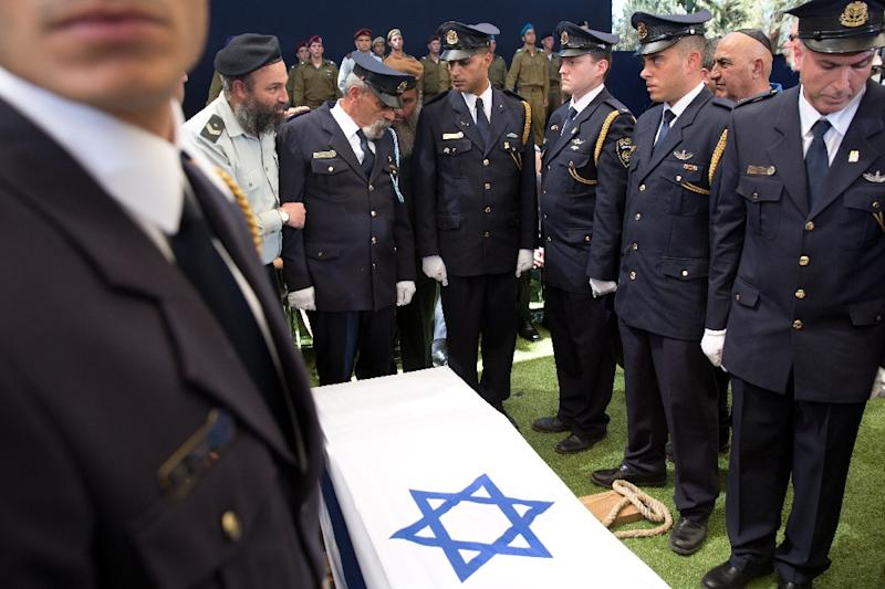 Members of the Israeli Knesset guard stand around the coffin of former Israeli president and prime minister Shimon Peres during his funeral at the Mount Herzl national cemetery in Jerusalem on September 30, 2016 (AFP Photo/Menahem Kahana)