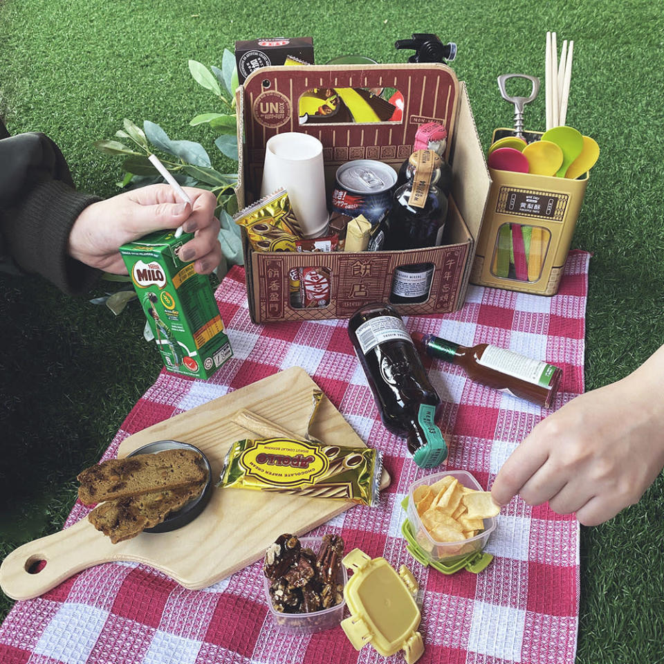 You can recycle the carrier from Beng Chai Hong for takeaway coffee or your goodies for an outdoor picnic.