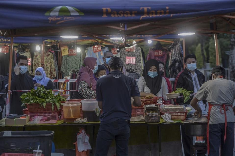 Fahmi argued that if the reason for the inoperation of night markets is the number of patrons or traders, then the government should reimplement SOPs for night markets which were allowed to open during the CMCO. — Picture by Shafwan Zaidon