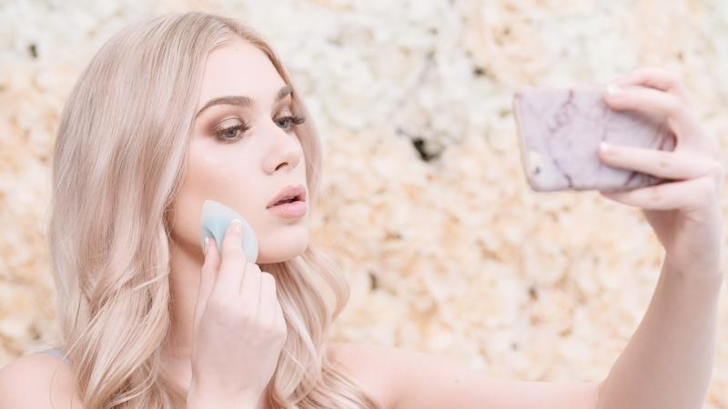 The Enavee takes everything you love about the Beautyblender and silicone makeup applicators and puts them into one easy-to-use makeup blender.