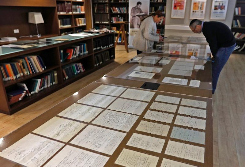 Visitors look at some of Albert Einstein's manuscripts on display in the Jerusalem's Hebrew University of Jerusalem (AFP Photo/MENAHEM KAHANA)