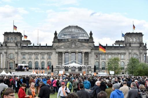 Chinese tourists detained in Berlin for Hitler salute