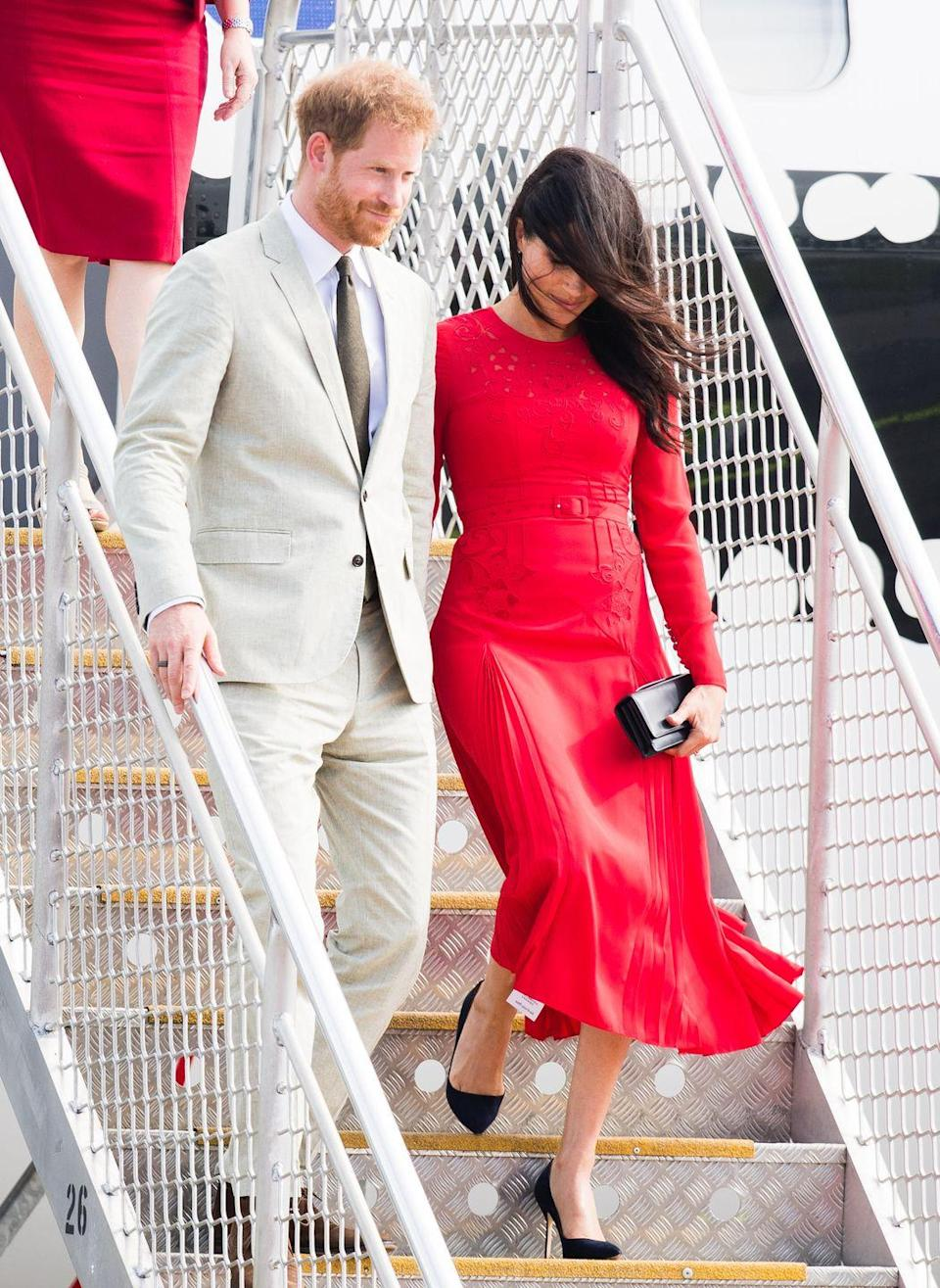 <p>Meghan Markle forgot to remove a tag from her dress before she and Prince Harry arrived at Nuku'alofa Airport in Tonga. </p>
