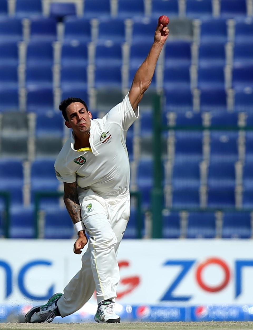 Mitchell Johnson bowls during the fourth day of the second test between Pakistan and Australia in Abu Dhabi on November 2, 2014 (AFP Photo/Marwan Naamani)