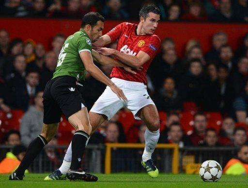 Manchester United's Dutch forward Robin van Persie (R) vies with SC Braga's Brazilian defender Paulo Vinicius during the UEFA Champions League group H football match between Manchester United and Braga at Old Trafford in Manchester. United won 3-2