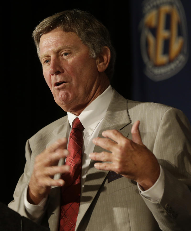 Spurrier: SEC coaches all for paying players