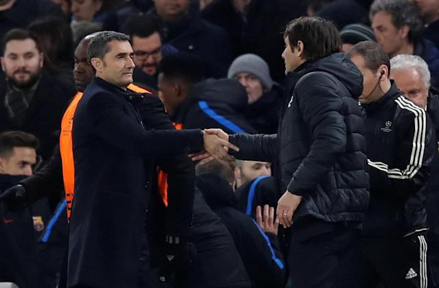 Soccer Football - Champions League Round of 16 First Leg - Chelsea vs FC Barcelona - Stamford Bridge, London, Britain - February 20, 2018 Barcelona coach Ernesto Valverde shakes hands with Chelsea manager Antonio Conte after the match REUTERS/Eddie Keogh