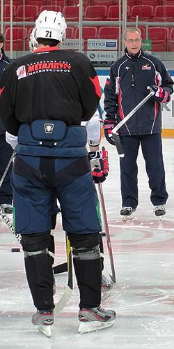 Paul Maurice runs a Metallurg Magnitogorsk practice as Evgeni Malkin looks on. (#NickInEurope)
