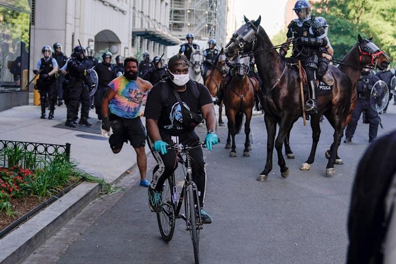 Police begin moving demonstrators who had gathered to protest the death of George Floyd, from the streets near the White House in Washington on June 1. (Photo: ASSOCIATED PRESS)