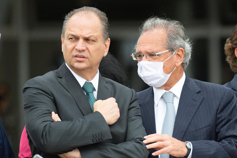 BRASILIA, BRAZIL -NOVEMBER19: Ricardo Barros, government leader at Brazil's Lower House, and Paulo Guedes, brazilian Minister of Economy, talks before Commemorates Brazilian Flag Day amidst the coronavirus(COVID-19) pandemic at the Planalto Palace on November 19, 2020 in Brasilia.Brazil has over 5.945,000 confirmed positive cases of Coronavirus and has over 167,455 deaths. (Photo by Andressa Anholete/Getty Images)