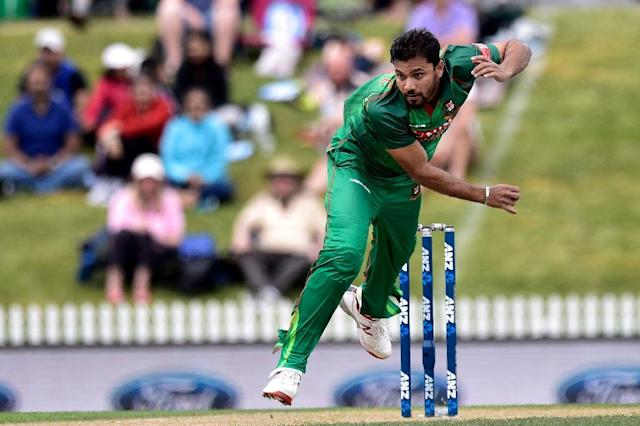 Bangladesh's Mashrafe Mortaza bowls during the second one-day international match between New Zealand and Bangladesh at the Saxton Oval in Nelson on December 29, 2016 (AFP Photo/Marty Melville)