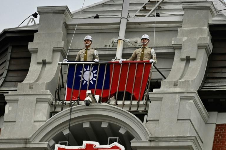 Polizisten in Taipeh hissen Flagge am Nationalfeiertag