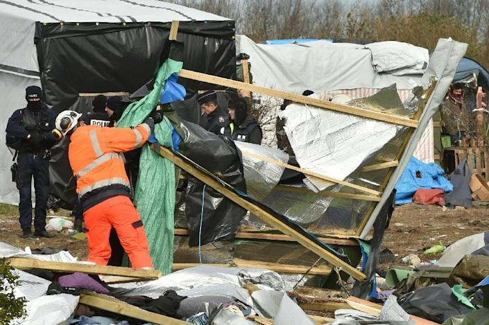 """Authorities dismantle shelters at the """"Jungle"""" migrant camp in the northern French port city of Calais on February 29, 2016 (AFP Photo/Philippe Huguen)"""