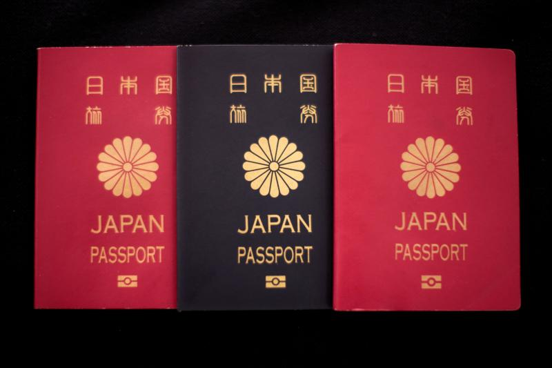 Japanischer Reisepass (Photo by Behrouz MEHRI / AFP) / TO GO WITH Japan-nationality-politics, FOCUS by Oceane CORNEVIN