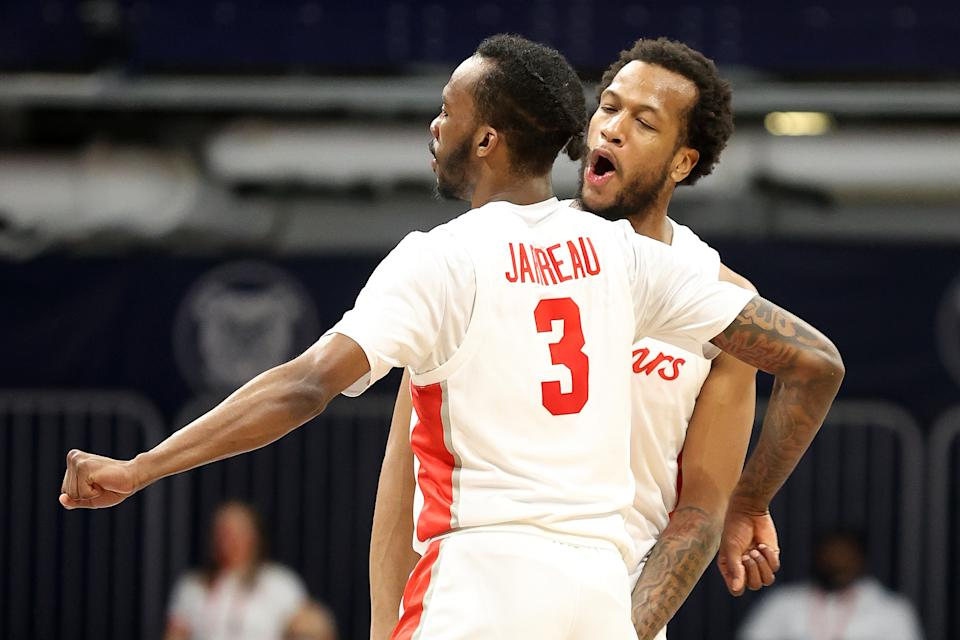 INDIANAPOLIS, INDIANA - MARCH 27: Justin Gorham #4 and DeJon Jarreau #3 of the Houston Cougars react in the second half of their Sweet Sixteen game against the Syracuse Orange in the 2021 NCAA Men's Basketball Tournament at Hinkle Fieldhouse on March 27, 2021 in Indianapolis, Indiana. (Photo by Andy Lyons/Getty Images)