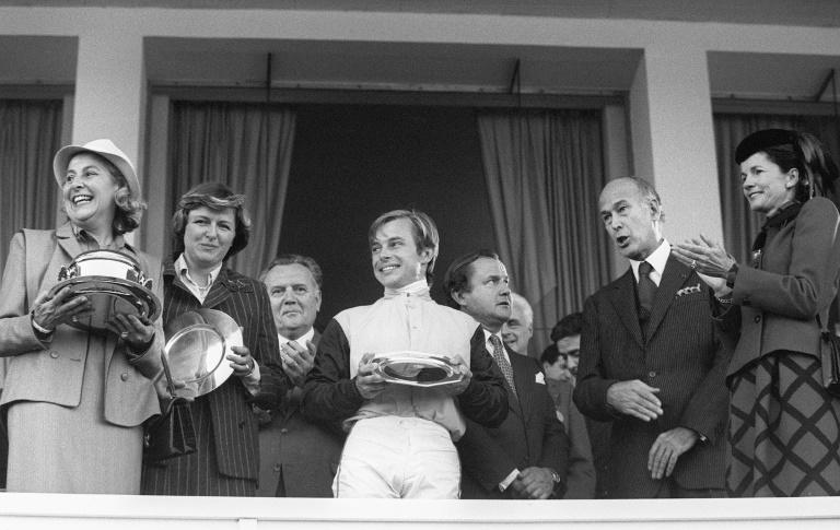 Freddy Head (centre), with sister Criquette (2nd left) and father Alec (5th left) after Three Troikas' Arc win (AFP/STF)
