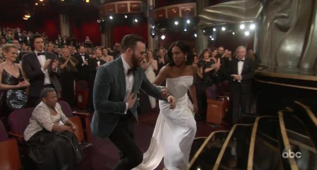 Chris Evans being a total gent to Regina King at the 2019 Oscars (ABC/Twitter)