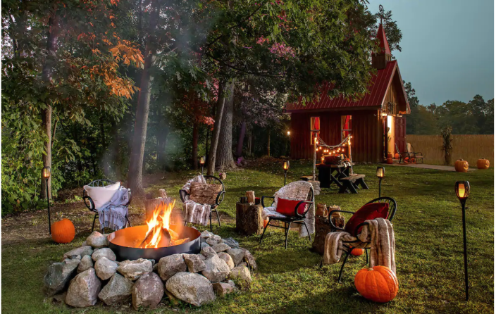 An outdoor movie screen area and fire pit. (Photo: Airbnb)