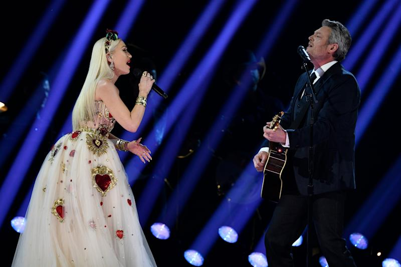 "Blake Shelton (right) performs ""Nobody but you"" with Gwen Stefani."