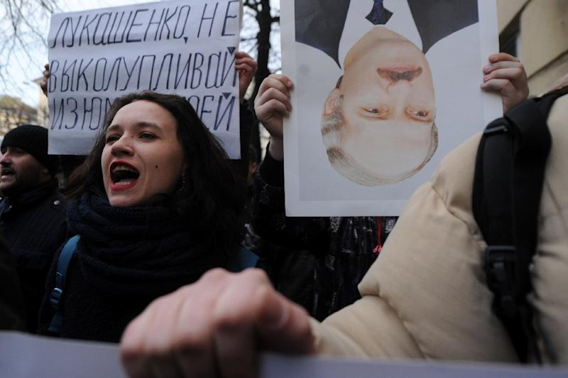 Belarusian opposition supporters take part in a rally against a 'tax on spongers' in Minsk on March 15, 2017 (AFP Photo/Sergei Gapon)