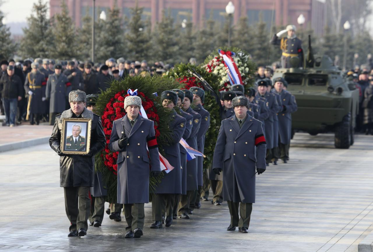 Military personnel take part in the funeral of Mikhail Kalashnikov, chief designer of Izhmash Concern, a Russian firearms producer, in Mytischi outside Moscow, December 27, 2013. Russia buries assault rifle designer Kalashnikov on Friday. Kalashnikov, the designer of the assault rifle that has killed more people than any other firearm in the world, died on December 23, 2013, at 94. REUTERS/Sergei Karpukhin (RUSSIA - Tags: OBITUARY POLITICS MILITARY)