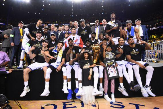 <p>OAKLAND, CA – JUNE 12: The Golden State Warriors are pictured after winning the NBA Championship in Game Five against the Cleveland Cavaliers of the 2017 NBA Finals on June 12, 2017 at Oracle Arena in Oakland, California. NOTE TO USER: User expressly acknowledges and agrees that, by downloading and or using this photograph, user is consenting to the terms and conditions of Getty Images License Agreement. Mandatory Copyright Notice: Copyright 2017 NBAE (Photo by: Noah Graham/NBAE via Getty Images) (圖片來源:The Associated Press) </p>