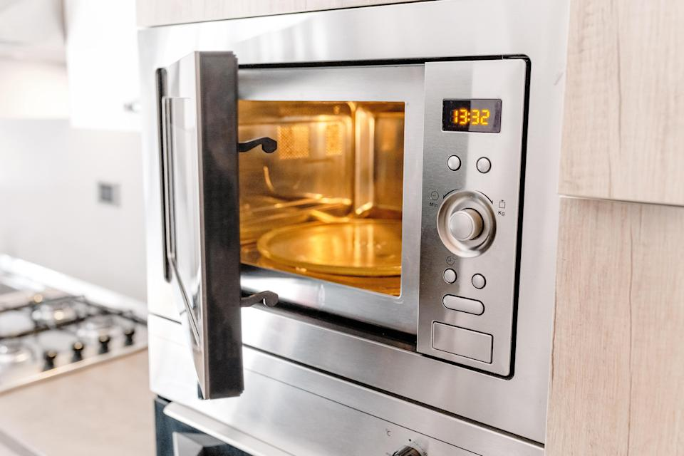 Do not reheat leftovers in a dirty microwave. (Photo: Getty)