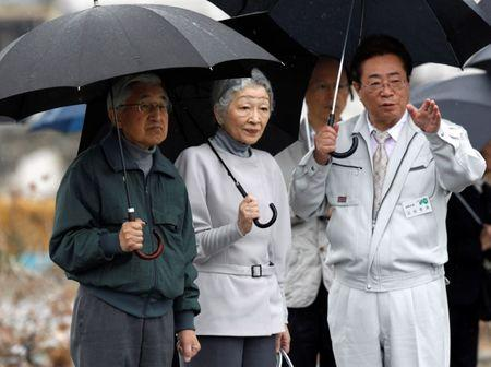 FILE PHOTO: Soma city mayor Hidekiyo Tachiya explains damage at an area which was devastated by the March 11 earthquake and tsunami, to Japan's Emperor Akihito (L) and Empress Michiko (C), in Soma, Fukushima prefecture, about 50km from the crippled Fukushima Daiichi nuclear power plant, May 11, 2011, on the two-month anniversary of the quake and tsunami.  REUTERS/Issei Kato/File Photo