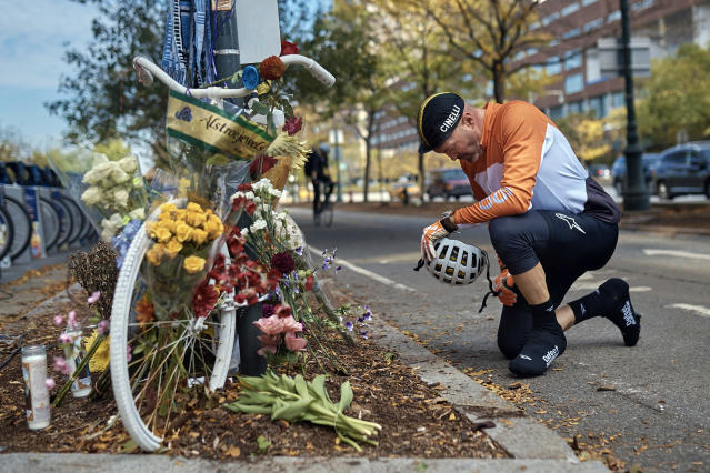 <p>Eric Fleming, 41, stops by to express his condolences in front of a bike memorial where people leave flowers to remember the victims of the attack on Thursday, Nov. 2, 2017, in New York. (Photo: Andres Kudacki/AP) </p>