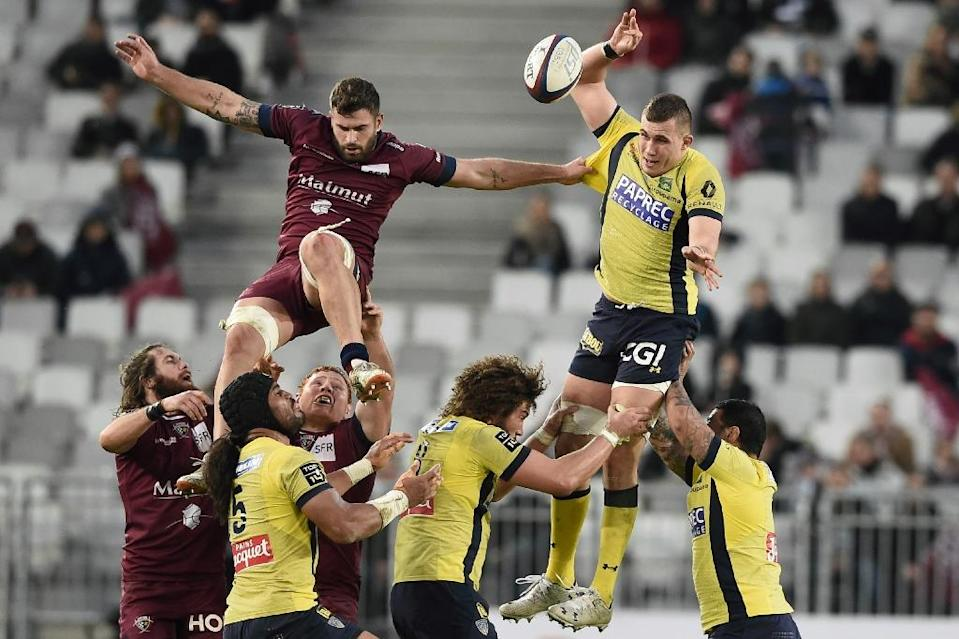 Clermont's Paul Jedrasiak (top R) fights for the ball with Bordeaux-Begles' Marco Tauleigne during their French Top 14 rugby union match, at the Matmut Atlantique stadium in Bordeaux, on January 29, 2017 (AFP Photo/Nicolas Tucat)
