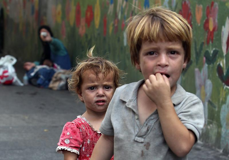 Syrian refugee children are seen on the streets of the Lebanese capital, Beirut, on August 29, 2014 (AFP Photo/Anwar Amro)
