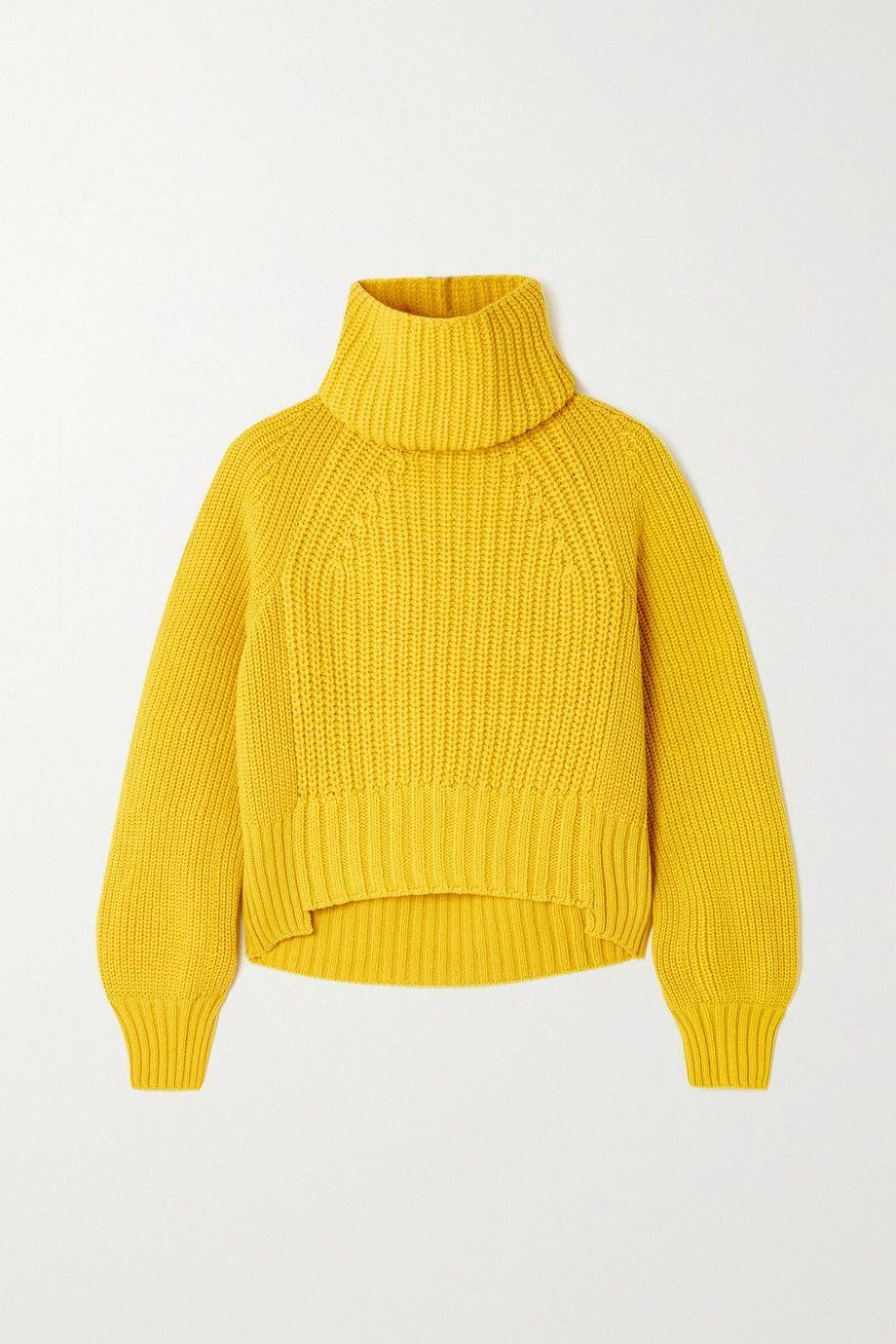 """<p>Giallo cedro, il maglione a collo alto, lavorato a coste, di <strong>Sacai</strong>.</p><p><a class=""""link rapid-noclick-resp"""" href=""""https://www.net-a-porter.com/en-it/shop/product/sacai/clothing/heavy-knit/ribbed-wool-blend-sweater/11452292645300662"""" rel=""""nofollow noopener"""" target=""""_blank"""" data-ylk=""""slk:710 euro su Net-a-porter.com"""">710 euro su Net-a-porter.com</a></p>"""
