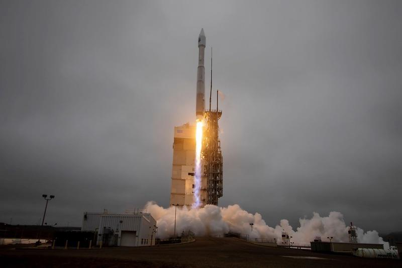 A United Launch Alliance Atlas 5 rocket carrying the Landsat 9 remote-sensing satellite for NASA and the U.S. Geological Survey blasts off in heavy fog from Vandenberg Space Force Base on the California coast. / Credit: ULA